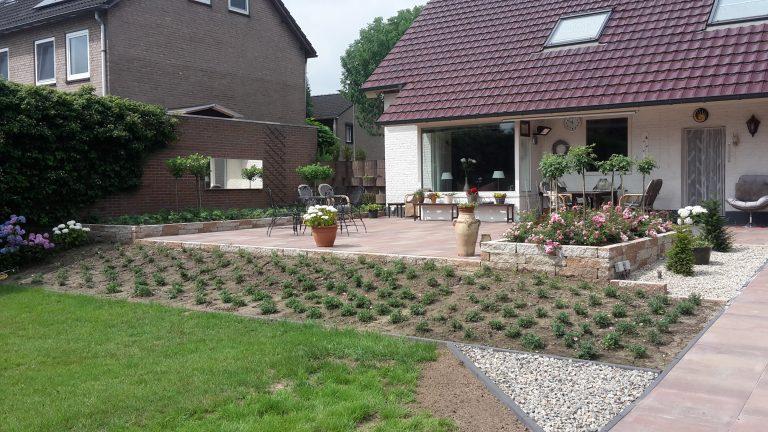 Tuinontwerp tuinaanleg grasveld beplanting terras bestrating tuinhuis