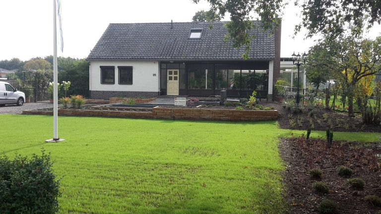 Tuinontwerp tuinaanleg vijver grasveld aanplant vakken trompet dwarsfluit